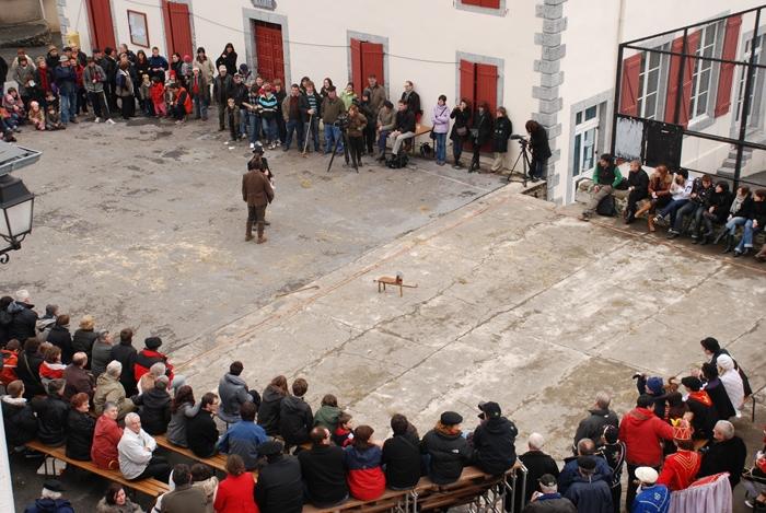 Larrañeko plaza eliza gainetik ikusirik